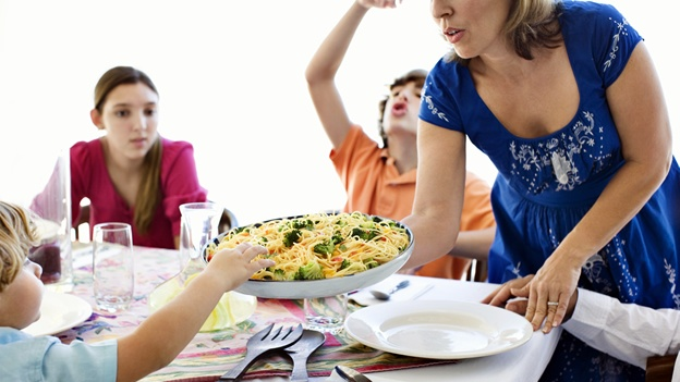 kids-family-dinner-comida-alimento-nino-obesidad-infantil